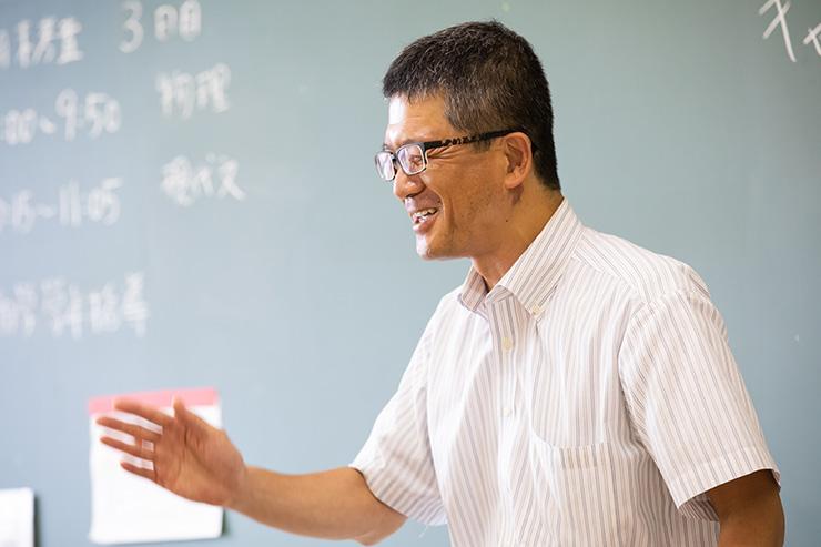生徒に話しかける川澄先生